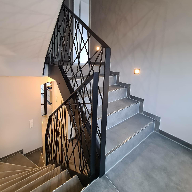 Geländer mit abstrakter Füllung