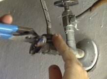 Desserrer l'écrou de fixation du robinet