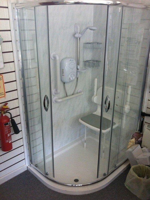 chaise dans cabine de douche