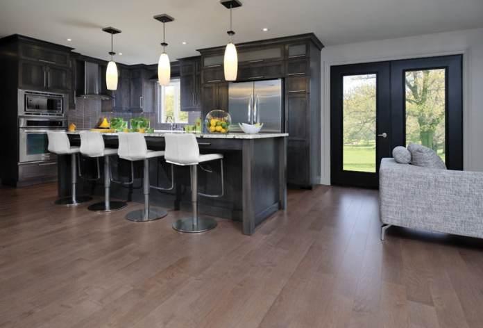 Dans une cuisine, l'éclairage est un élément de confort et de décoration.