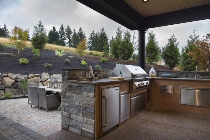 Quoi de mieux qu'une cuisine complète dans le jardin pour profiter de l'été en famille ou entre amis?