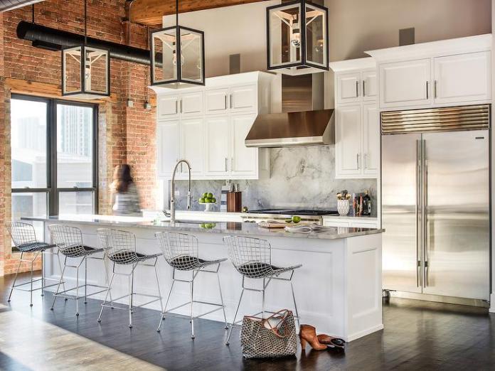 Époustouflant cet aménagement! cuisine contemporaine nichée dans un loft aux briques rouges. Ilot central qui accueille 5 chaises design