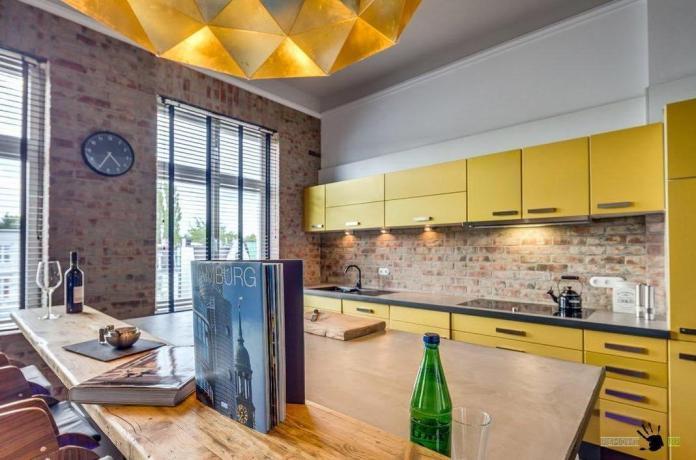 Pas mal cette cuisine très colorée dans un Loft!
