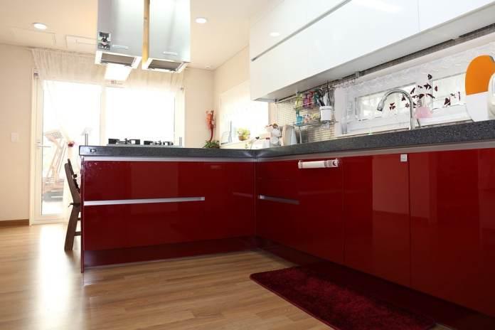 cuisine en L rouge avec façades laquées rouge vif