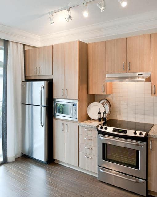 aménager une petite cuisine en bois avec électroménager intégré
