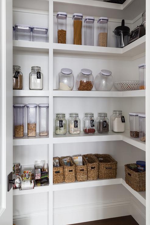 En plus d'offrir des rangements pratiques, les étagères peuvent donner du caractère à la décoration de votre cuisine.