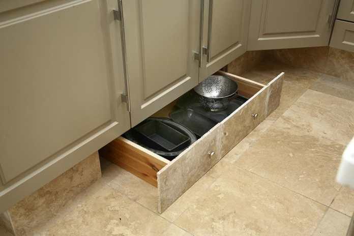 astuces de rangements dans la cuisine avec tiroirs sous les meubles pour mieux optimiser l'aménagement