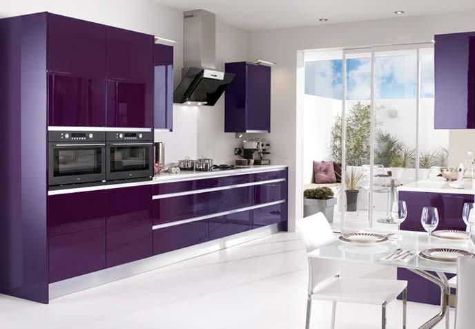 Plutôt sympa cette cuisine design aubergine!