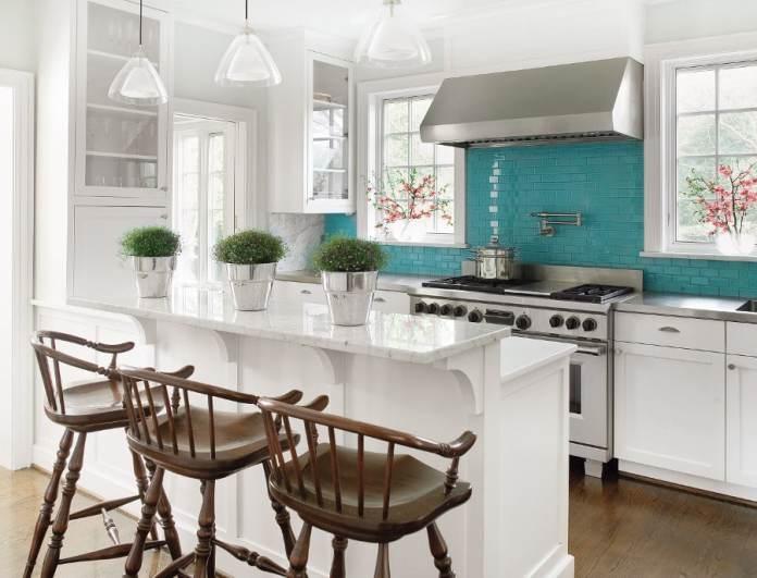 Qui de mieux que des carreaux turquoise pour réveiller le look d'une cuisine blanche?