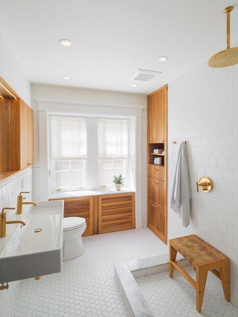 bois-et-mosaique-blanche-dans-salle-de-bain-scandinave