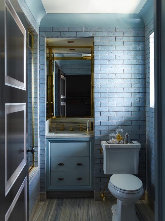 briques-bleues-dans-la-salle-de-bain