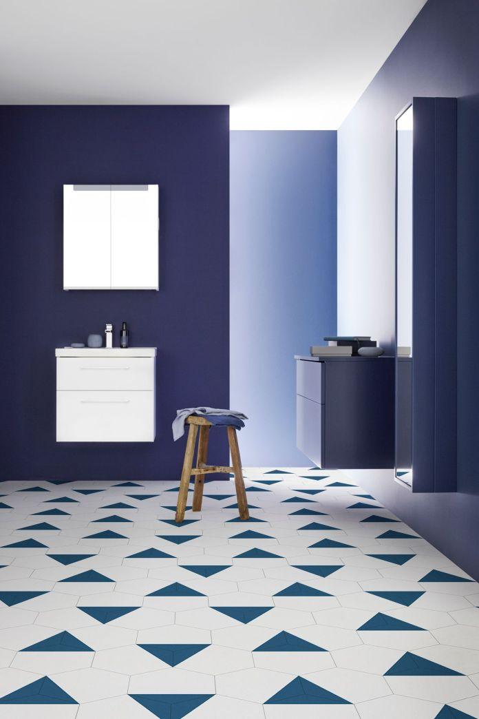 salle de bain avec carrelage au sol très graphique