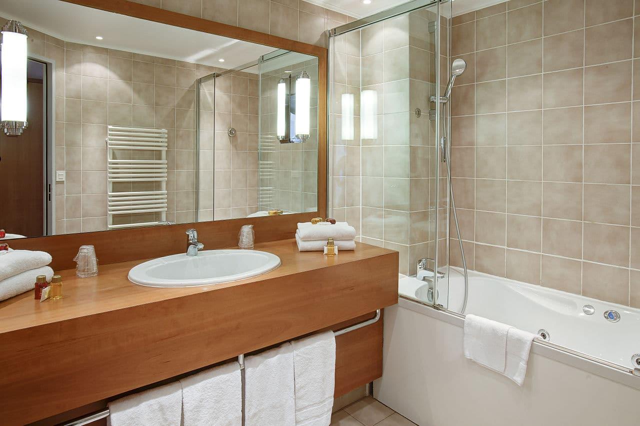 Salle de bain en bois : 9 conseils et exemples pratiques