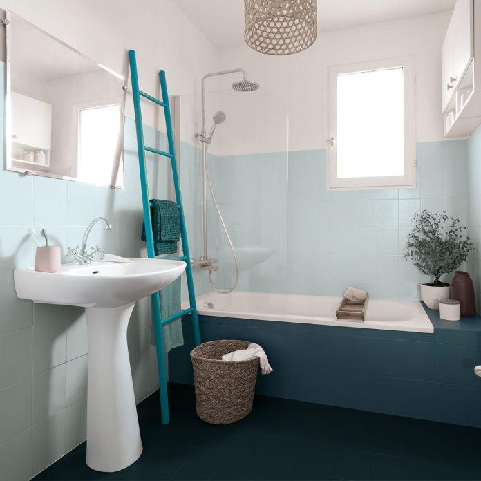 une salle de bain lagon