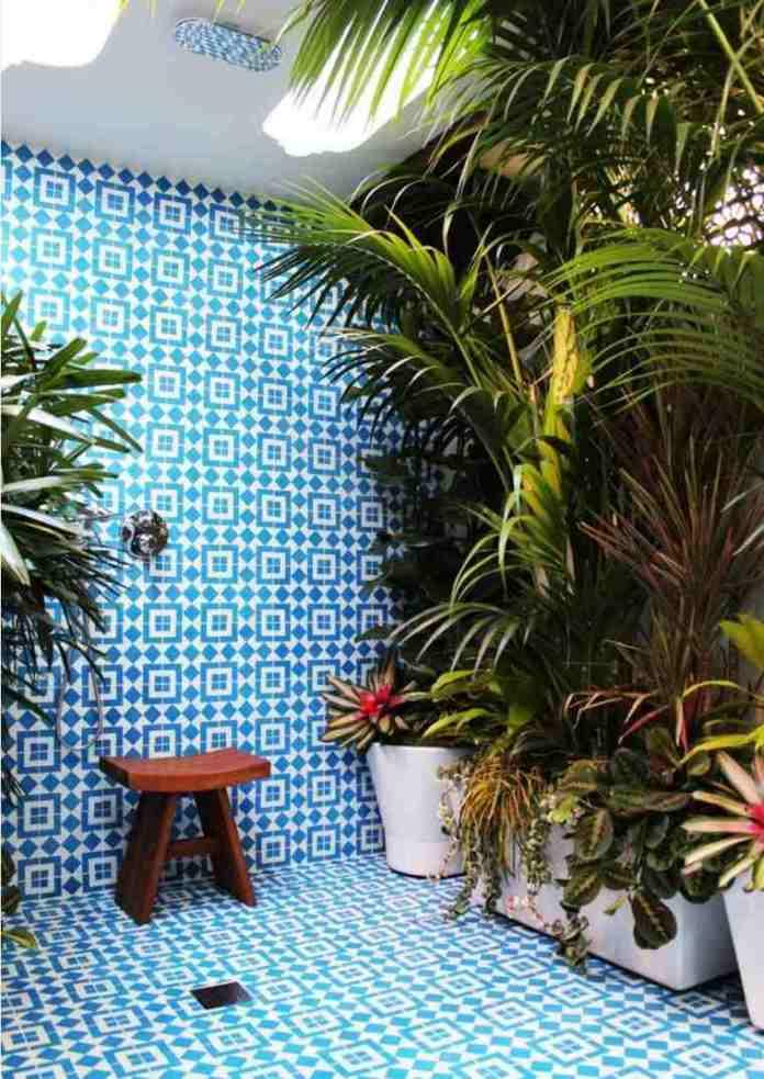 salle de bain tropicale avec carreaux bleus