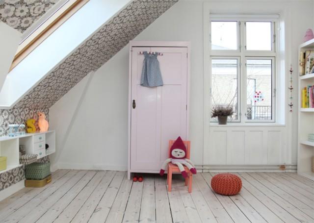 Vu sur Joli Place. Une chambre d'enfant avec un mur blanc et un mur tapissé.