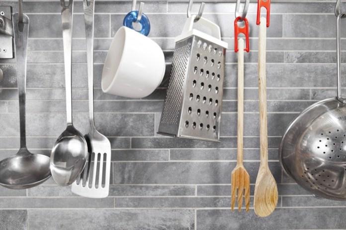 carrelage gris sur la crédence avec ustensiles de cuisine