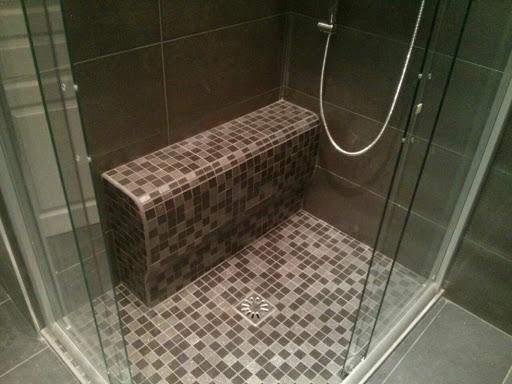salle de bain avec douche a l'italienne équipée d'un banc