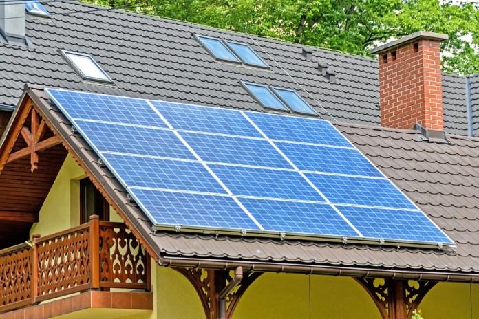 12 panneaux solaires sur un toit en pente