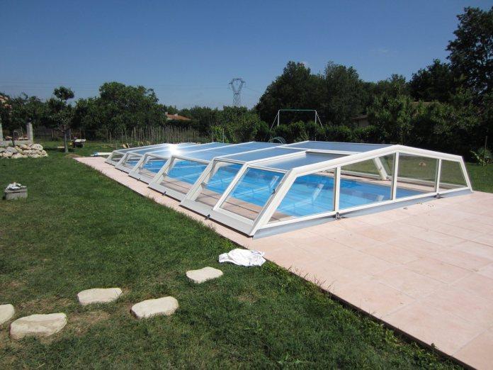 Un abri de piscine très simple à entretenir en PVC.