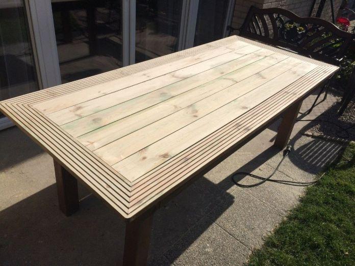 Une table de jardin en bois réalisée avec des lattes pour terrasse