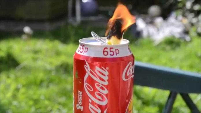 Fabrication d'une lampe à huile à partir d'une canette de Coca-Cola.