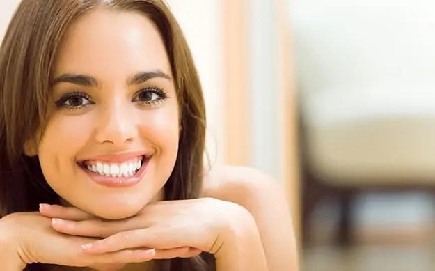 Jeune femme chez elle, tout sourire - © Shutterstock http://www.shutterstock.com/fr/pic-183422168/stock-photo-portrait-of-young-woman-at-home-with-copyspace.html