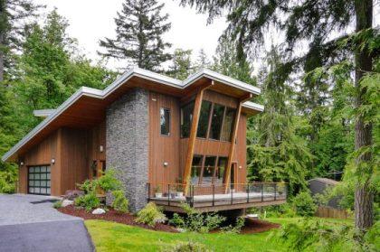 Güzel orman manzarasına sahip dağlarda bulunan modern ev modeli