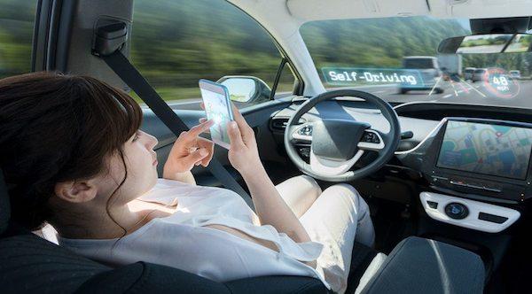 auto senza guidatore pronte per la guida su strada
