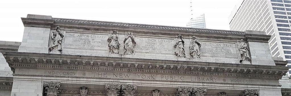 Parte alta de la fachada NYPL