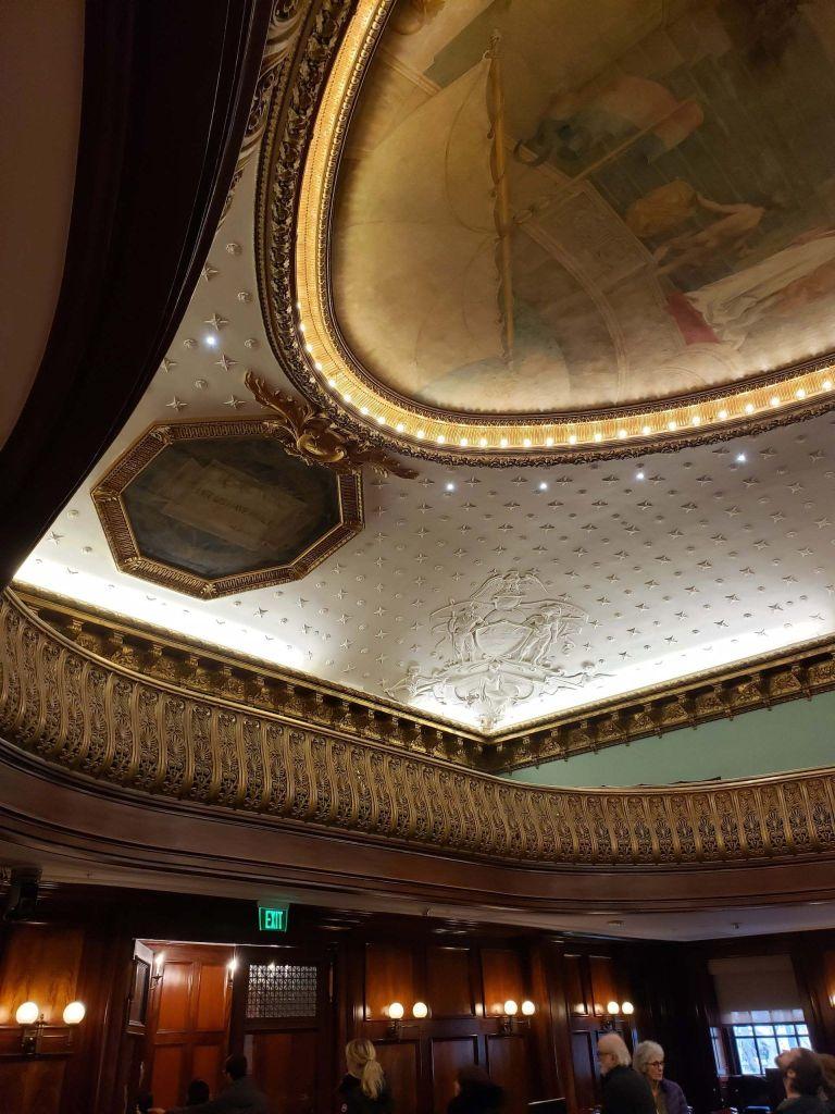 Techo ornamental de la cámara del ayuntamiento de Nueva York