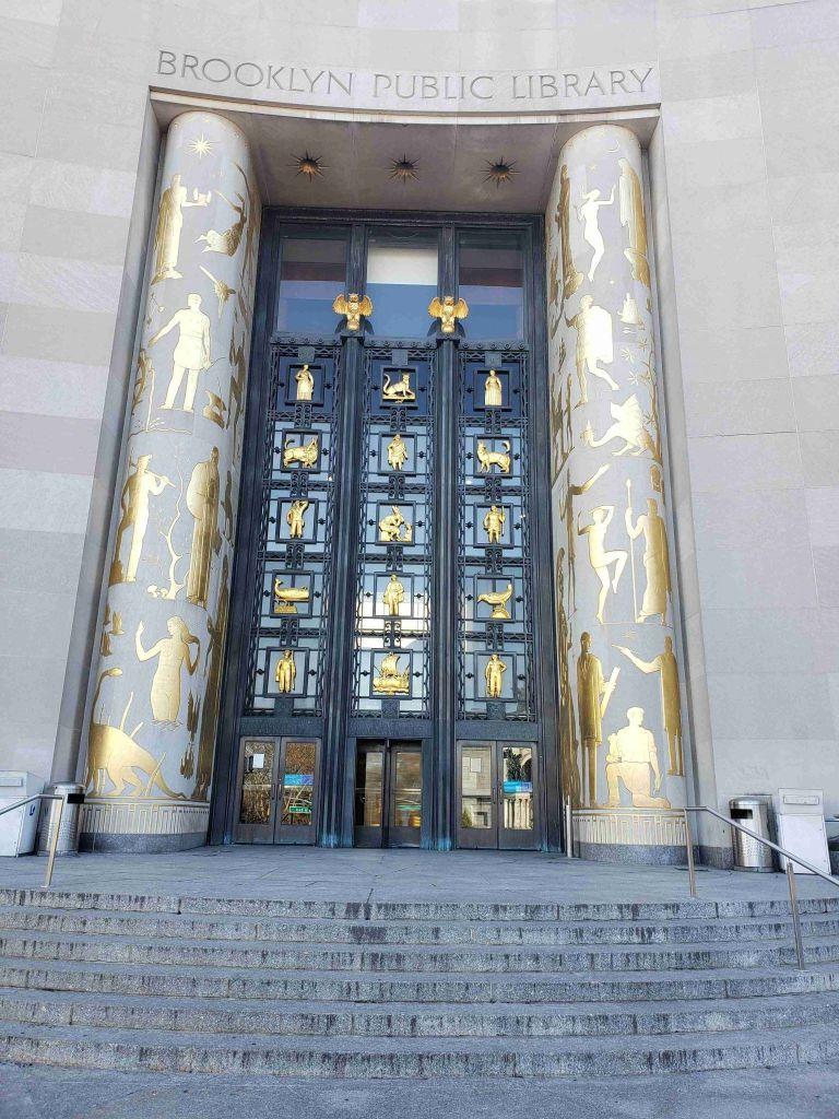 Puerta de entrada a la Biblioteca Pública de Brooklyn
