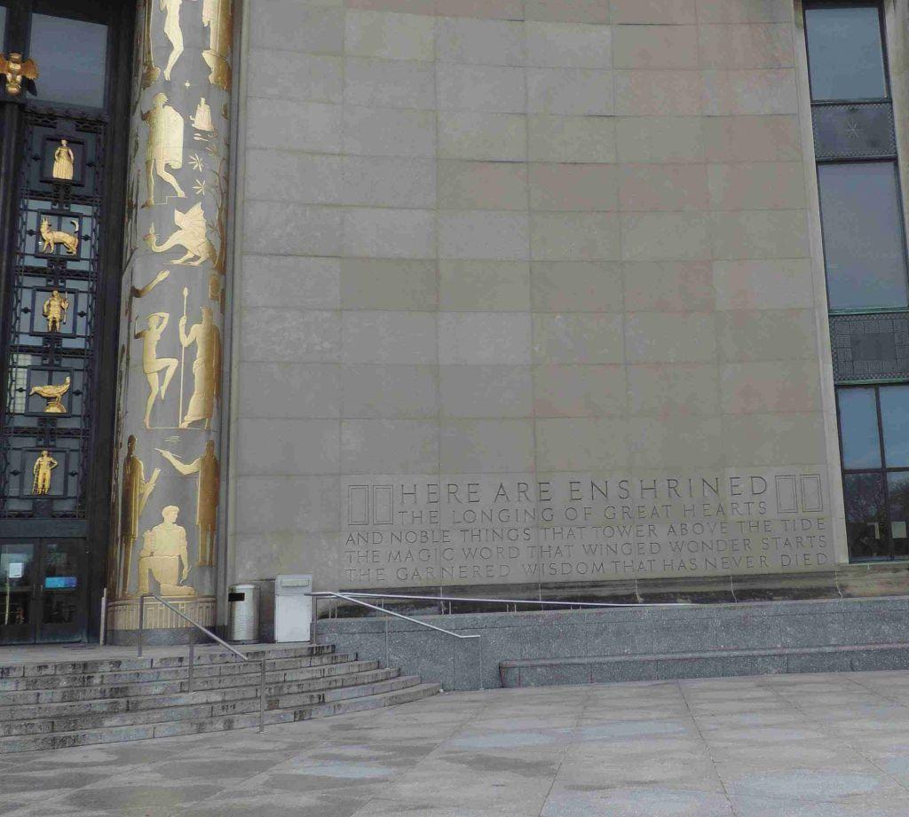 Lado derecho del Frente de la Biblioteca Pública de Brooklyn
