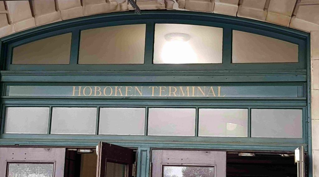 Uno de los ingresos a la Terminal de Hoboken