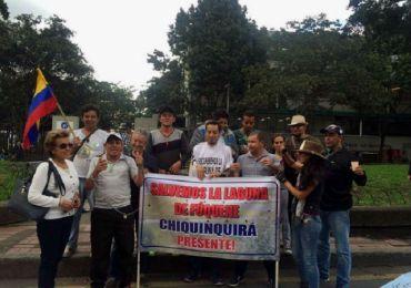 Campesinos encadenados marchan para exigir la preservación de la Laguna de Fúquene