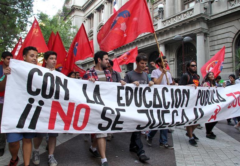 90 mil estudiantes se movilizan contra reforma educativa en Chile
