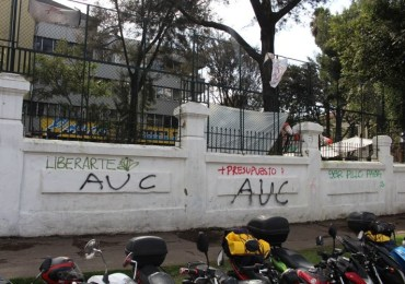 Universidad Pedagógica aparece con graffitis de las AUC