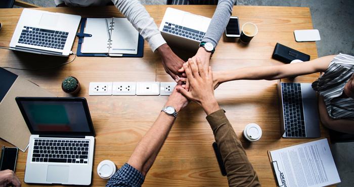 fomentar la cooperación laboral y potenciar las conexiones e interacciones entre empleados