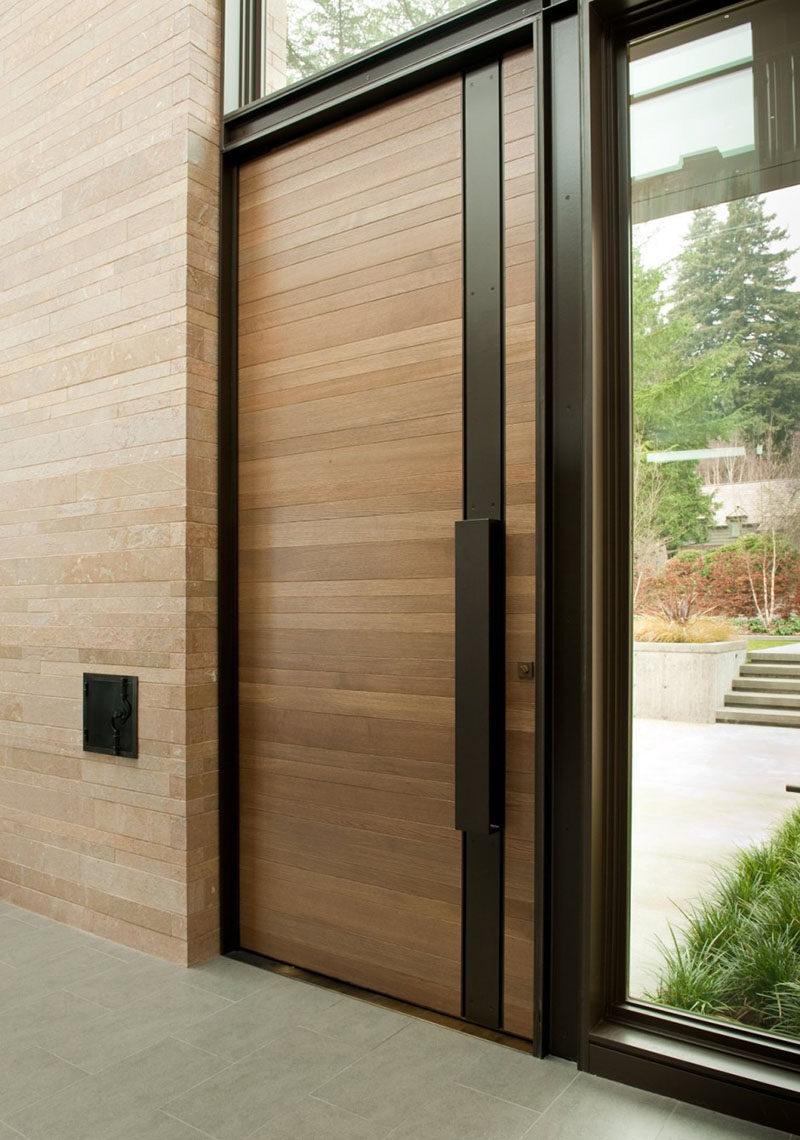 Esta puerta de madera y el acero es de una casa en Seattle, Washington.