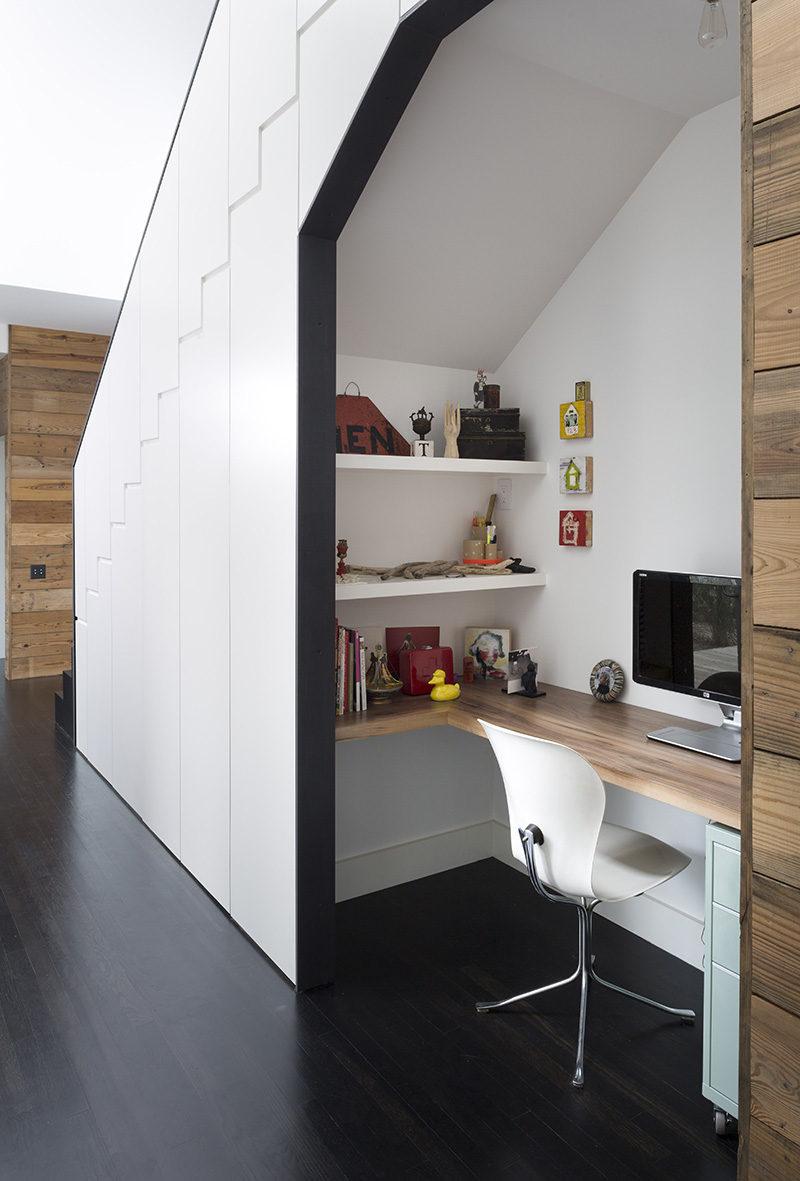 Esta pequeña oficina en casa está incorporado en el espacio vacío debajo de la escalera.