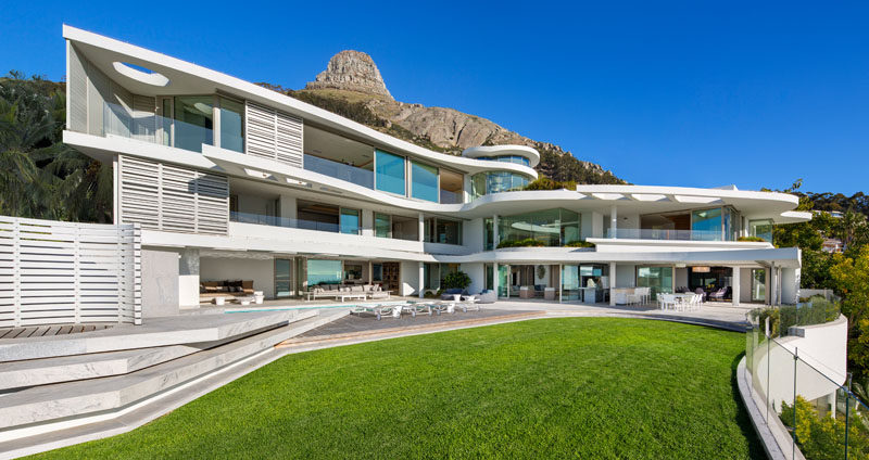 This modern house has three storeys and a large outdoor entertaining area with a landscaped yard and swimming pool. #ModernHouse #ModernArchitecture