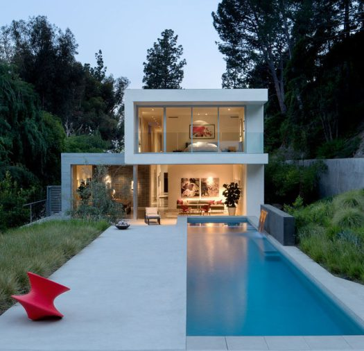 EYRC Architects have designed a modern house in Beverly Hills, California, that sits on a deep and narrow site, and was built as an oasis with privacy for the home owners. #ModernHouse #SwimmingPool