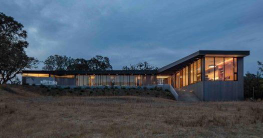 Schwartz and Architecture have designed a new house in Glen Ellen, California, that has sweeping views of Sonoma Valley. #ModernHouse #Architecture
