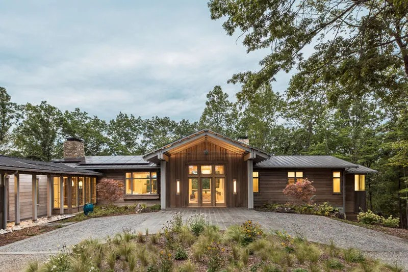 Samsel Architects have designed a modern farmhouse inMill Spring, North Carolina, as a relaxing refuge for its owners. #ModernFarmhouse #Architecture