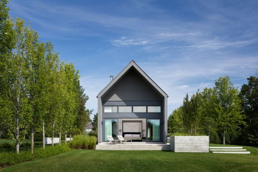 Scott Posno Design together with interior designers &Daughters have completed a modern vacation home that's located about an hour north of Toronto, Canada. #Architecture #ModernHouse