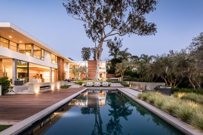 Gunderson Matkins, in collaboration with O+ L Building Projects, have recently completed a brand new house in Pacific Palisades, California, that features a large terrace with multiple outdoor fireplaces and a swimming pool. #Terrace #SwimmingPool #ModernHouse #Architecture