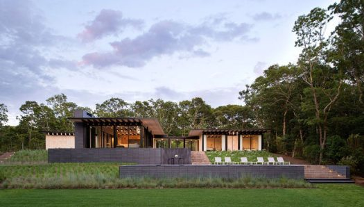 Bates Masi + Architects have designed a new house in Amagansett, New York, for their clients, a family who have a passion for being on the water. #ModernArchitecture #ModernHouse #Landscaping