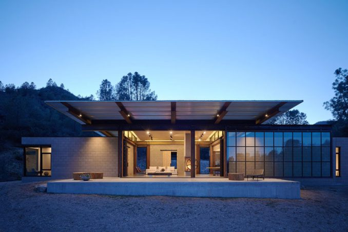 Architecture firmOLSON KUNDIG have designed 'Sawmill', a industrial-modern house that that lies in thedesert of California. #ModernHouse #Architecture