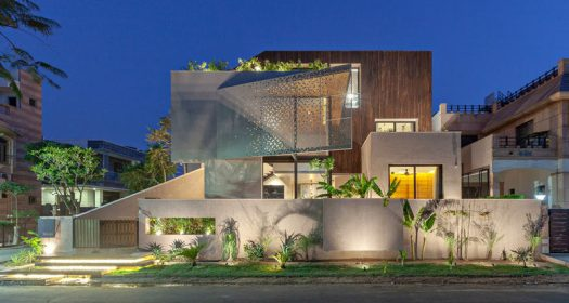 Abraham John Architects has designed the Chhavi House, a residential villa that's located on a corner lot in Jodhpur, India. #ModernHouse #Architecture