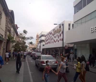A pesar de los incrementos de casos de COVID-19 en Celaya, las calles de la zona centro presentan aglomeraciones de personas realizando compras